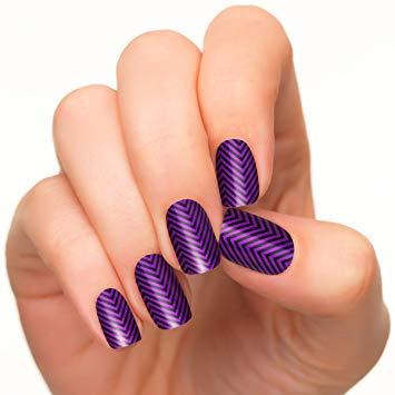 Charming zigzag Chevron design nail art