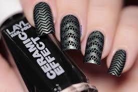 Proper black Chevron design nail art
